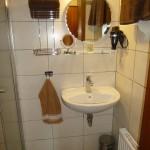 Dusche mit Waschgelegenheit